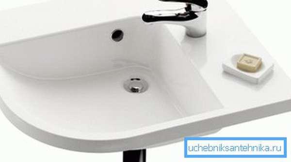 Угловая раковина часто становится компромиссом между компактностью и удобством в небольших ванных.