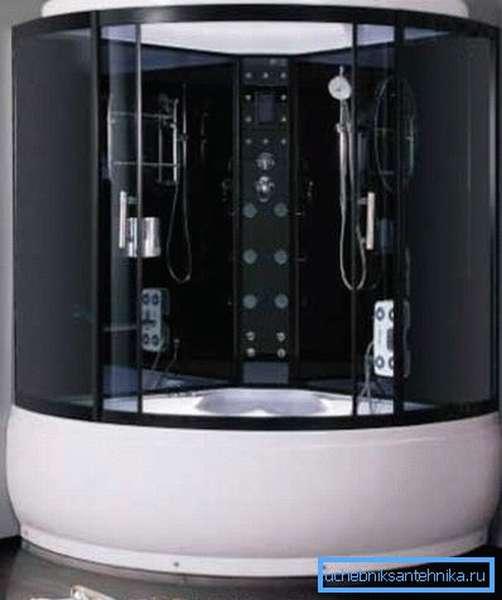Угловая ванна и душевая кабина вместе создают очень просторную конструкцию