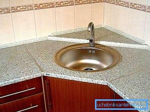 Угловое размещение таких систем считается самым оптимальным решением при создании интерьера кухни или других помещений, где используется эта сантехника