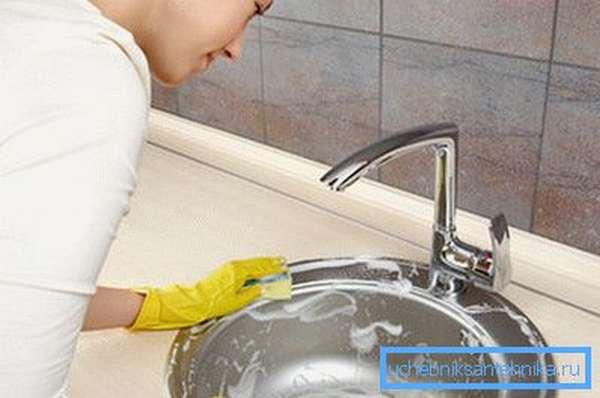 Уход за раковиной с помощью жидкого моющего средства своими руками
