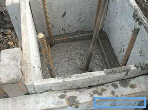 Укладываем бетон в опалубку.