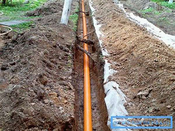 Укладывайте канализацию в тех местах, где в будущем не планируется стройка, либо размещение площадки для отдыха, стоянки автомобилей