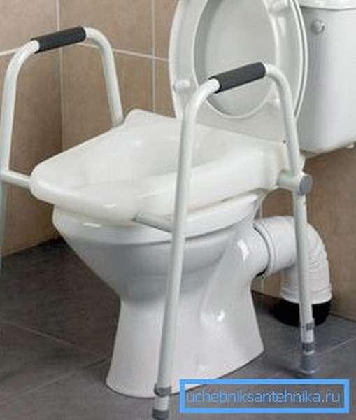 Унитаз с поручнями для инвалидов с резиновыми накладками