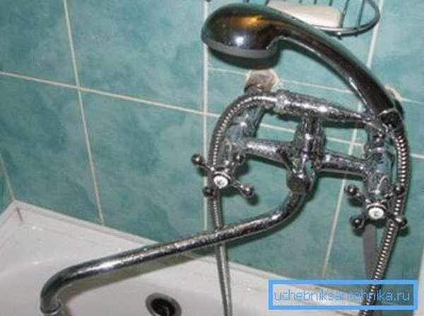 Универсальный краник способен лить воду в ванну или в раковину на ваше усмотрение