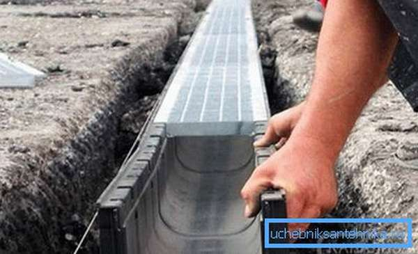 Установка бетонного лотка