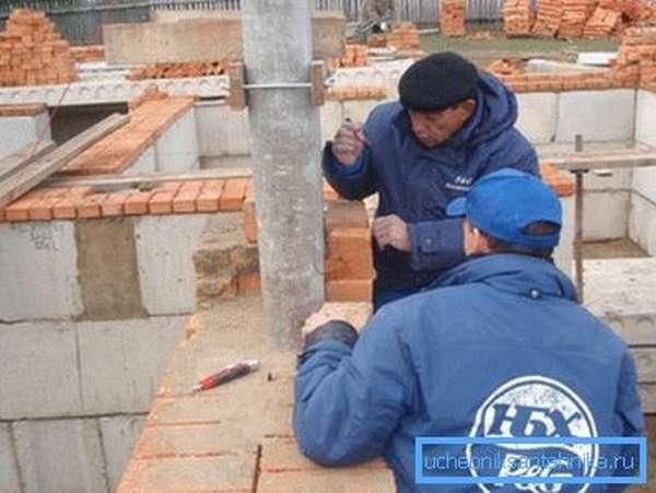 Установка бетонной трубы.