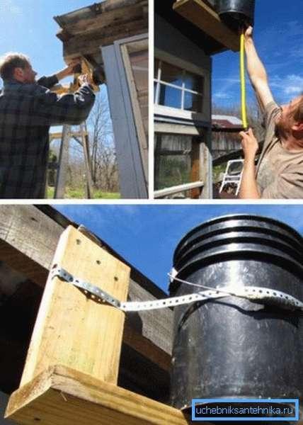 Установка и фиксация металлической бочки на крышу дачной душевой