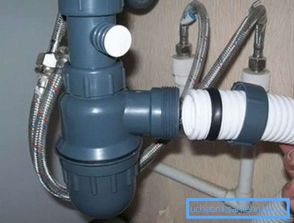 Установка канализационного отвода и подключение воды выполняется в соответствии с инструкцией к конкретной модели, поскольку некоторые виды имеют определенные особенности конструкции