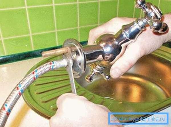 Установка кухонного смесителя не требует специальных инструментов