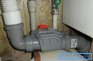 Установка обратного клапана в сливном канализационном коллекторе.