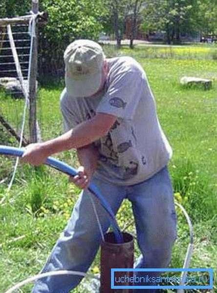 Установка погружного насоса с пластиковым водопроводом
