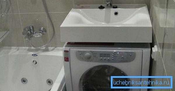 Установка стиральной машины под раковину в ванной экономит место в санузле