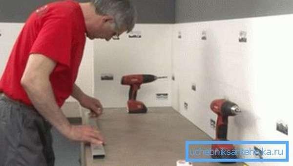 Установку гранитной раковины лучше доверить специалисту.