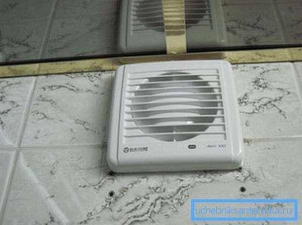 Установленная вытяжка в ванной комнате позволяет ускорять проветривание и удаление излишней влажности