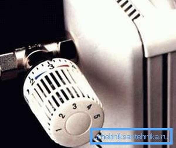 Установленный на радиатор кран для регулировки отопления
