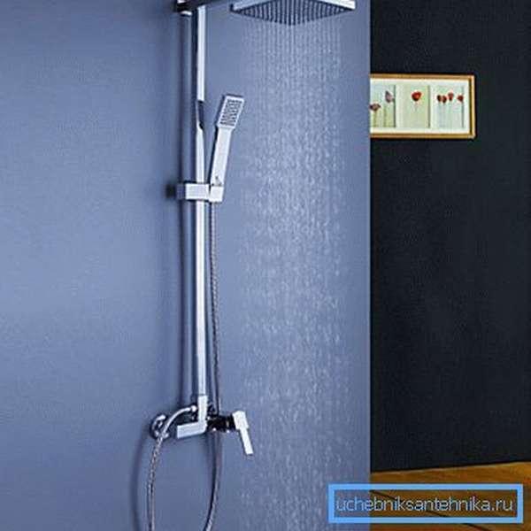 Установленный надёжный смеситель с душем