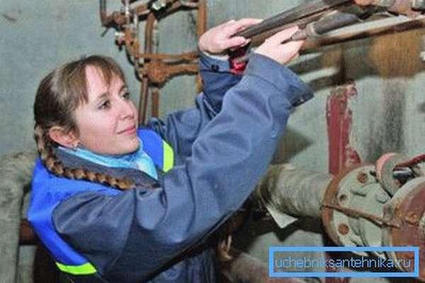 Устранение поломок стальных труб требует больших усилий.