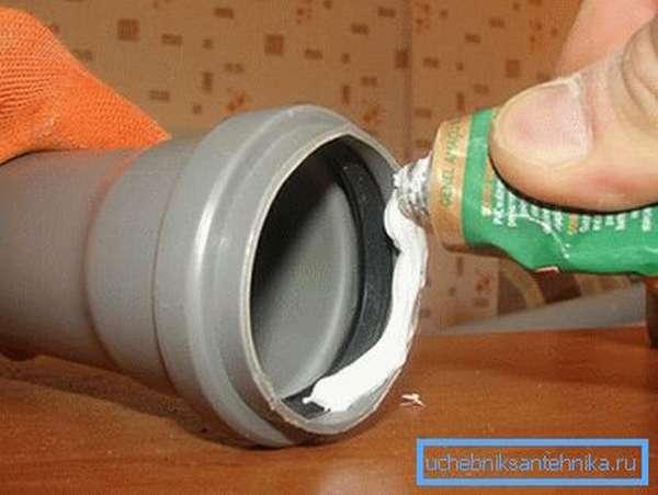Устранить протечку можно нанеся герметик на уплотнитель