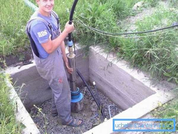 Устройство аккуратно погружают в трубу скважины.