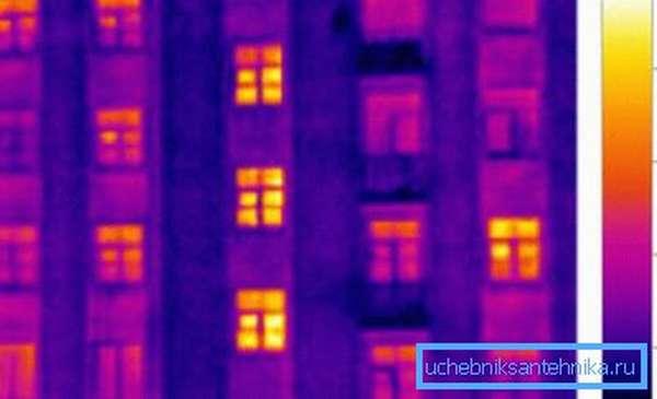 Утечка тепла через окна больше, чем через капитальные стены.