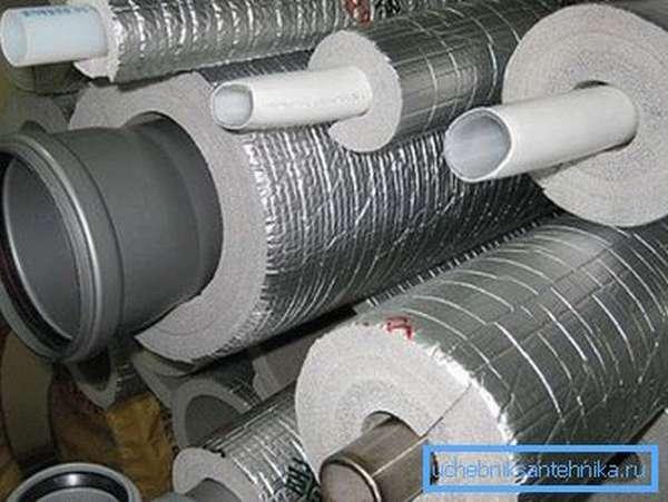 Утеплитель для канализационных труб готов к монтажу.