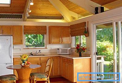 Уютная деревянная мебель позволит дольше теплу сохраняться в комнате