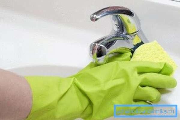Узнайте, как убрать известковый налет с раковины.