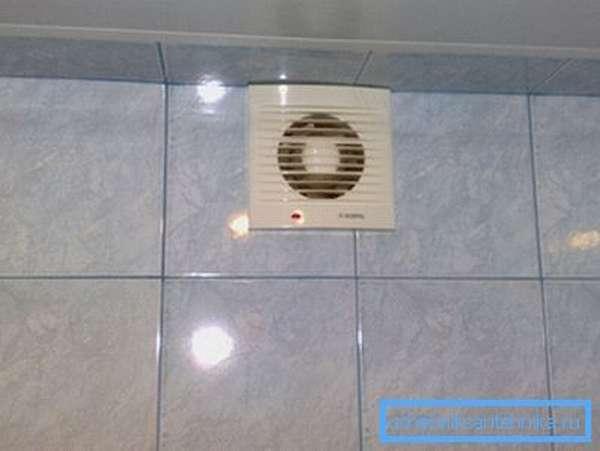 В городской квартире и вовсе достаточно установки вытяжных вентиляторов в вентканалы.