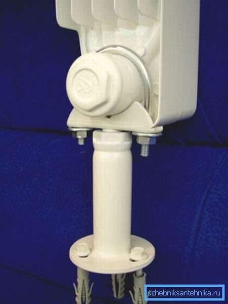 В качестве дополнительного крепежа используются напольные опоры (показаны на фото)