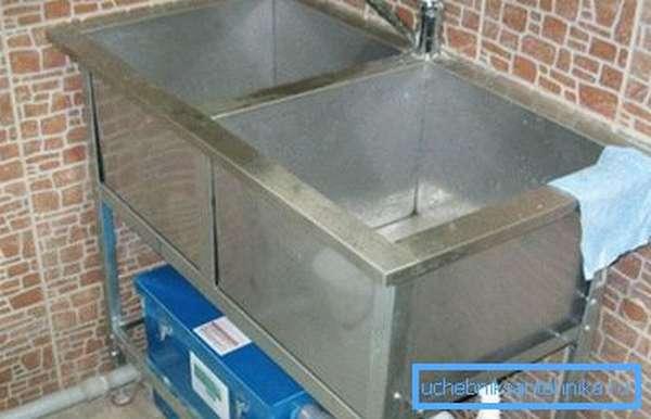 В качестве предупредительных мер можно установить жироуловитель под раковину