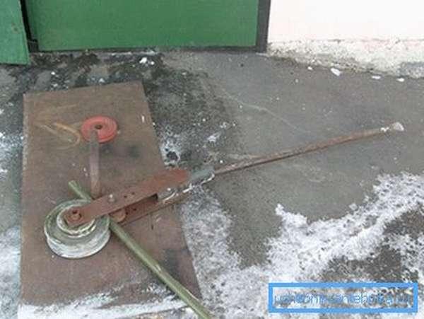 В качестве «рычага» подойдет использование любого металлического обрезка