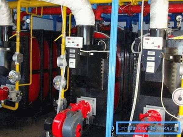 В климатических системах с централизованной подачей теплоносителя нужно ставить более прочные трубы
