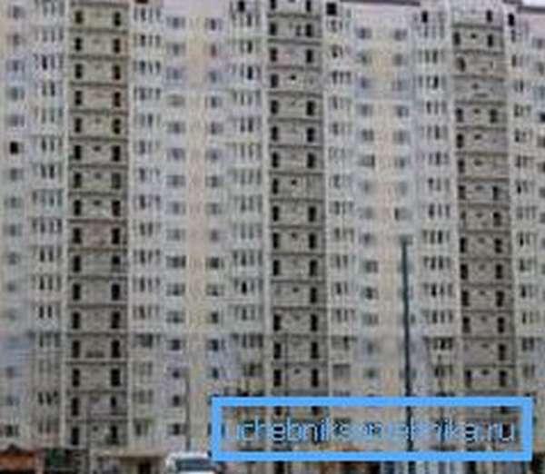 В многоэтажных домах теплоноситель подается централизованно из котельной