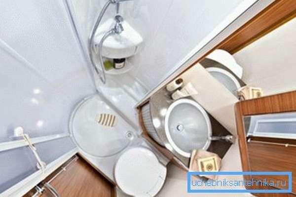 В некоторых странах практикуют совместную установку душа и туалета в одной кабинке