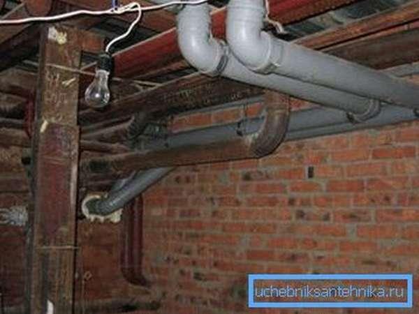 В подвале канализационные трубы можно не скрывать