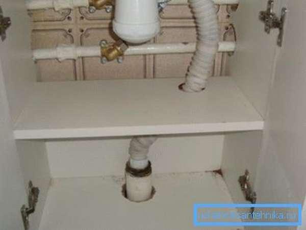 В полочках можно проделать отверстия для труб