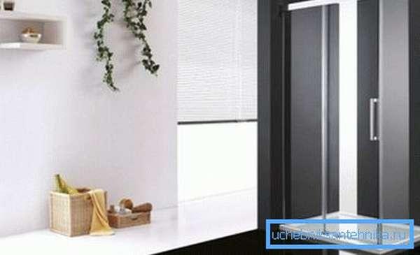 В помещении установлен душевой уголок с низким поддоном 120х90 мм.