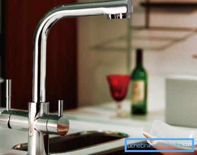 В помещении установлен смеситель с питьевым краном из нержавейки.