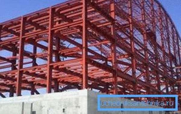 В процессе строительства каркаса стадиона применяются профильные трубы различных размеров