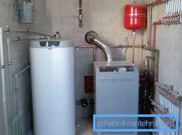 В системах с энергонезависимым котлом обязательно наличие расширительного бачка (на фото он красного цвета)