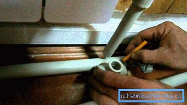 В случае установленных радиаторов, отмеряйте трубы по ним