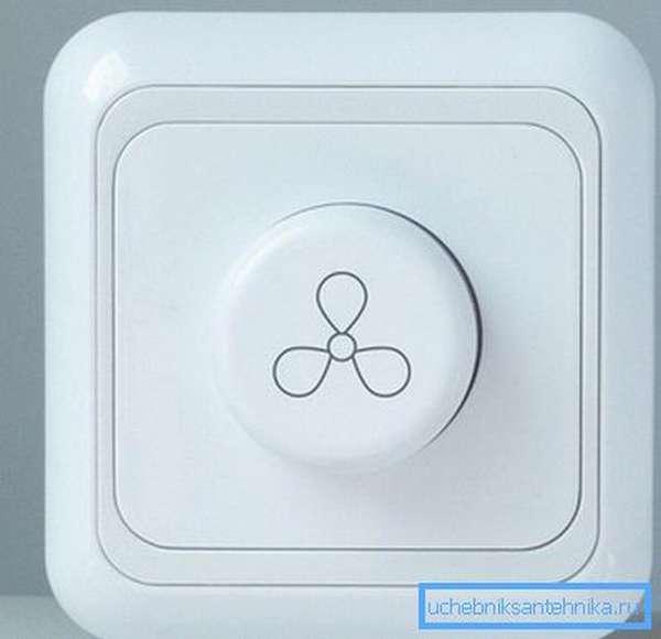 В цепь питания вентилятора рекомендуется ставить специальный симисторный диммер.