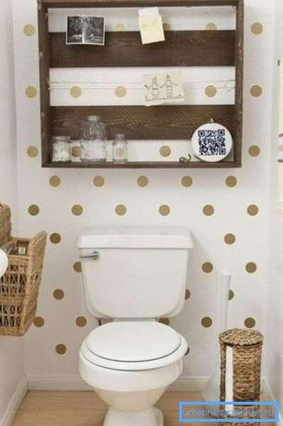 В туалете у хорошего хозяина всегда есть масса полезных мелочей