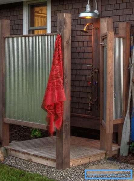 В жару принимать душ на улице – одно удовольствие!