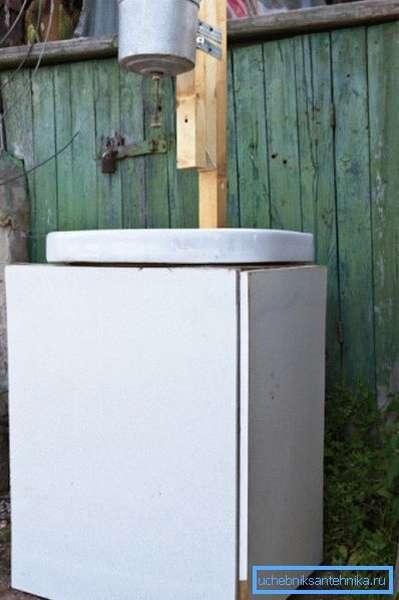 Вариант готовой конструкции с одной опорой для емкости