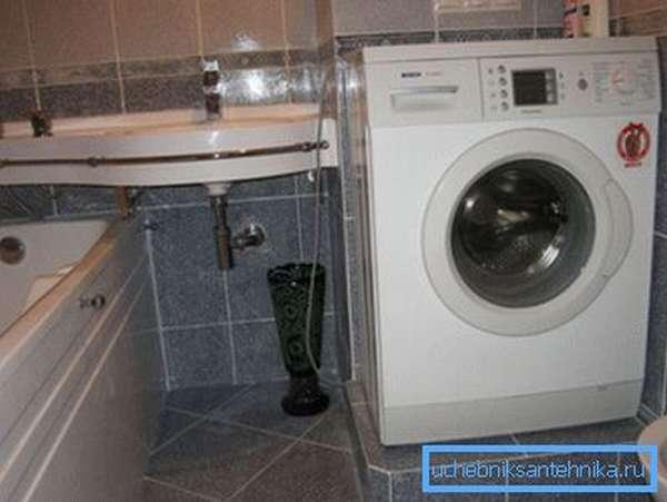 Вариант расположения стиральной машины в санузле