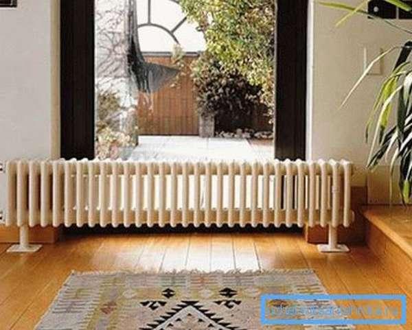 Вариант установки напольного чугунного радиатора