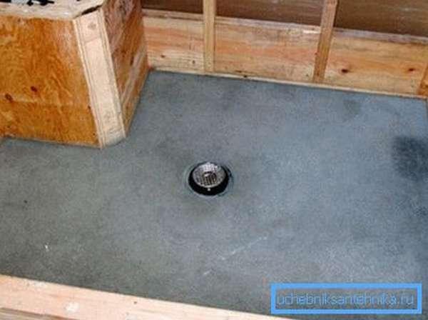 Важно устроить правильный уклон к стоку, чтобы в процессе использования на поверхности не скапливалась вода