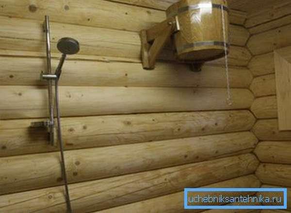Ведро-душ для бани отлично подходит для контрастных процедур.