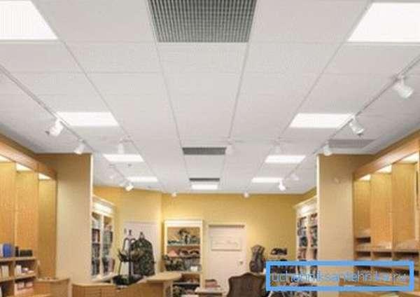 Вентиляционные потолочные решетки указывают на тип и расположение системы.
